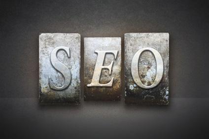 Drei Setzkaste-Buchstaben:S, E und O: freier Texter kennt sich mit SEO kennt aus